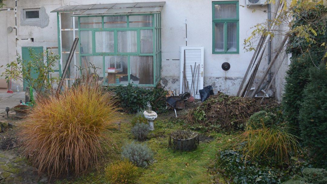 Felújított kert előtte